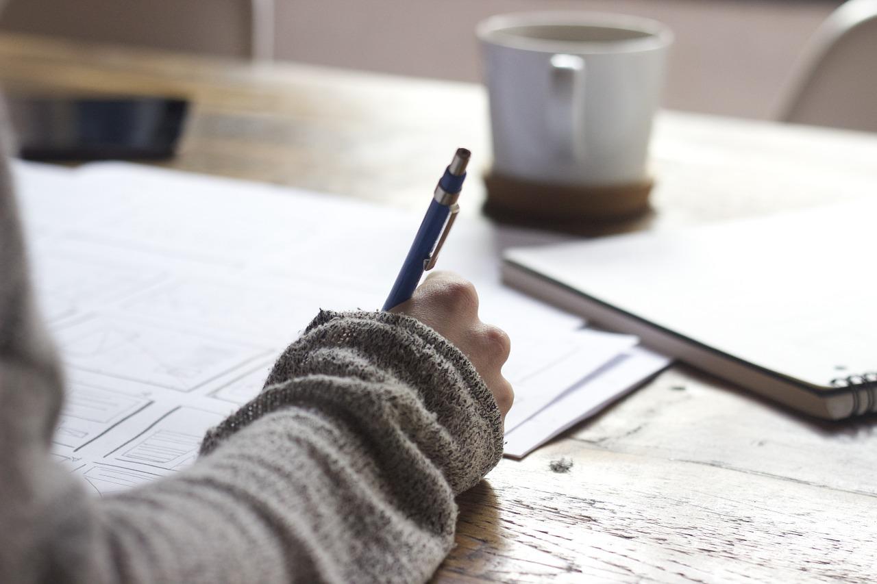 zdjęcie piszącej osoby, planowanie na papierze